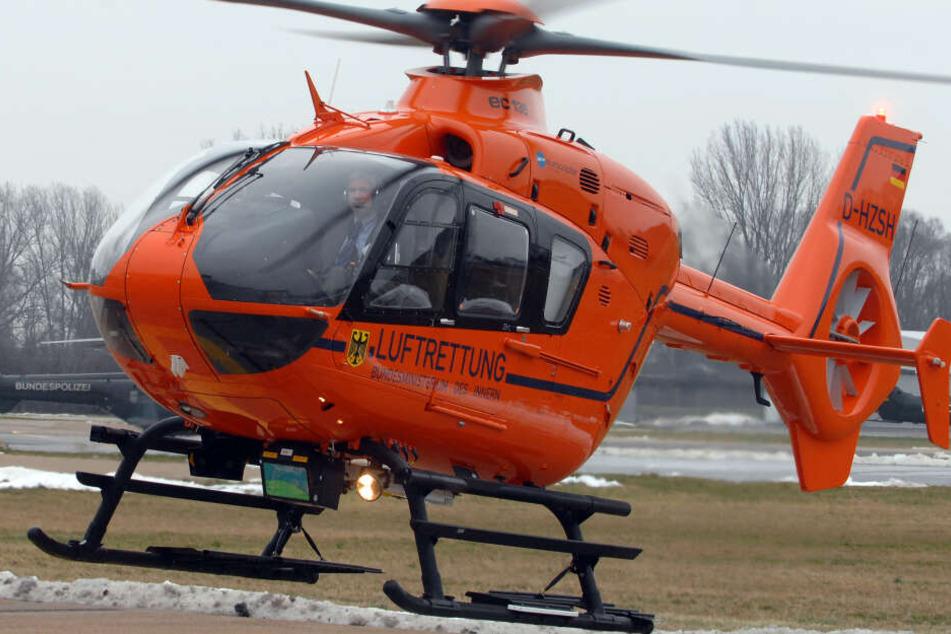 Ein Rettungshubschrauber brauchte die 19-Jährige in ein Krankenhaus (symbolbild).