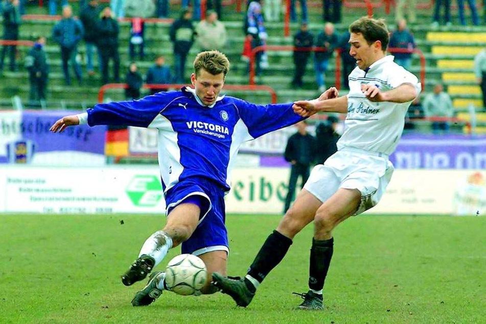 ...das konnte er auch als Spieler. Joe Enochs (r.) in einer Drittliga-Partie 2002 gegen Aue mit Radek Sionko. Er bestritt insgesamt 376 Spiele für Osnabrück.