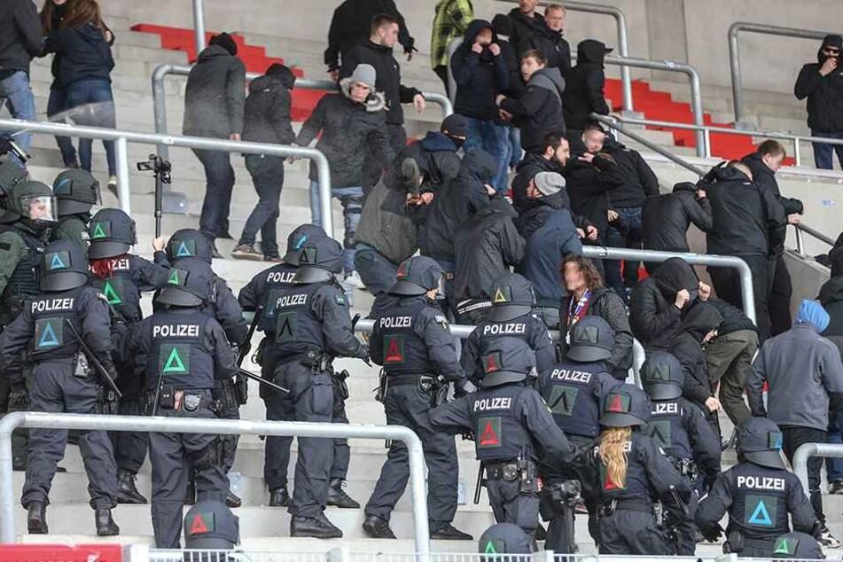 Nach dem Spiel von Rot-Weiß-Erfurt gegen den Frankfurter SV war so zu gewalttätigen Ausschreitungen gekommen.