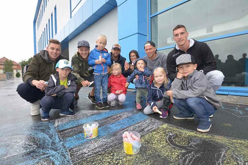 Erst waren die Kids kreativ, danach die Spieler begeistert - vorm Stadion wurde gestern fleißig gemalt.
