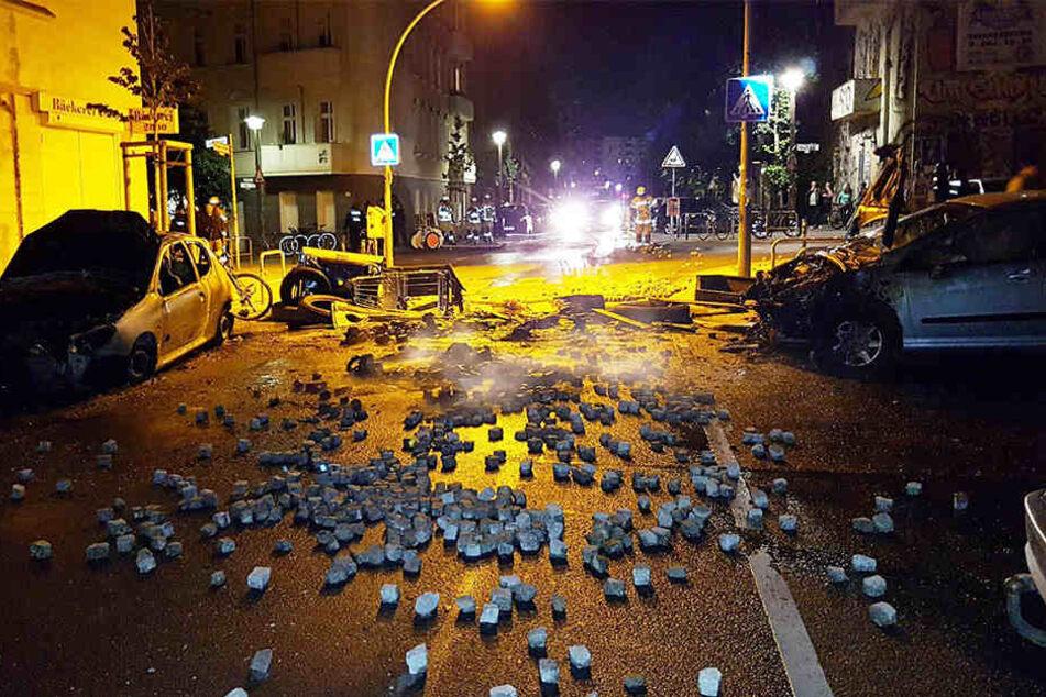In der Nacht wurden in der Rigaer Straße Autos angezündet und es flogen Pflastersteine durch die Gegend.