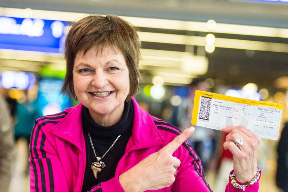 Voller Stolz zeigt Fräulein Menke Anfang Januar 2017 ihr Ticket ins Dschungelcamp.