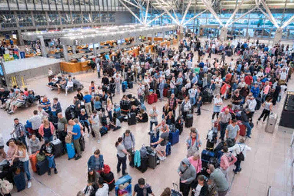 Am Airport Hamburg drohen am Dienstag lange Schlangen, da das Sicherheitspersonal streikt.