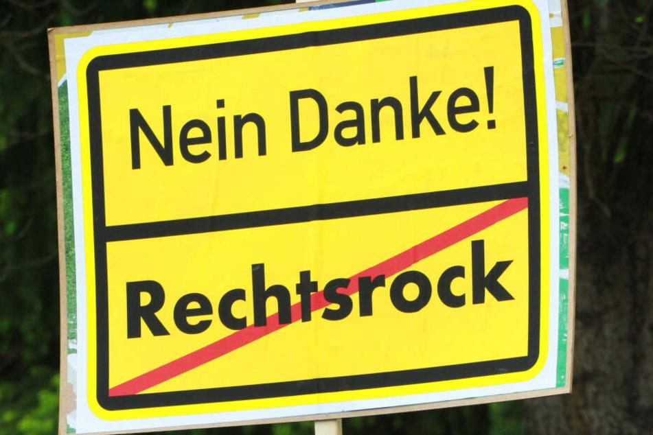 Ein selbstgemachtes Schild mit der Aufschrift «Nein Danke! Rechtsrock» halten Bürger hoch. Die SPD in Schleswig-Holstein fordert ein schärferes Vorgehen gegen rechte Konzerteim Norden.