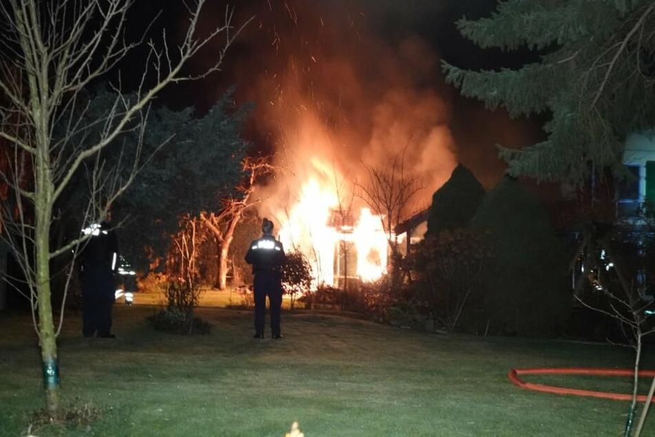 Großeinsatz der Feuerwehr: Schuppen steht lichterloh in Flammen