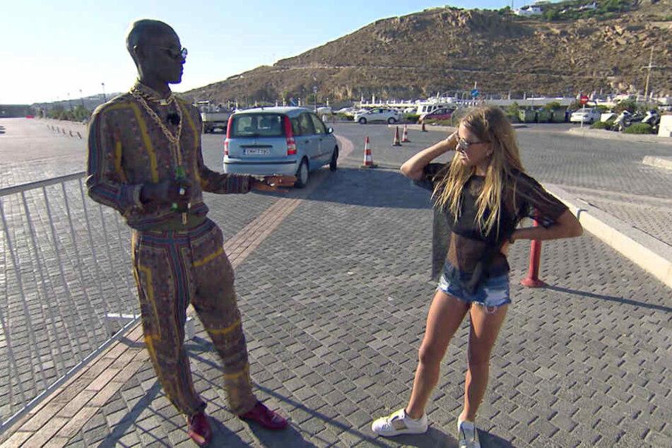 Shania ist irritiert: Papis Loveday will, dass die auf der Promenade ihr Catwalk-Training absolviert.