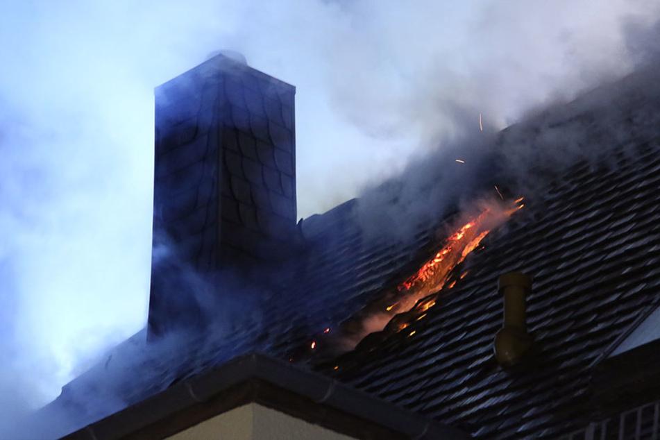 Die Flammen breiteten sich schnell auf den Dachstuhl aus.
