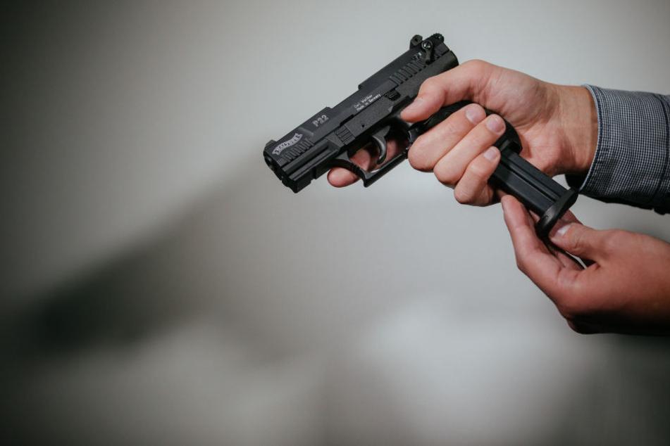So oder so eine ähnliche Schreckschuss-Pistole hatte der Mann dabei. (Symbolbild)