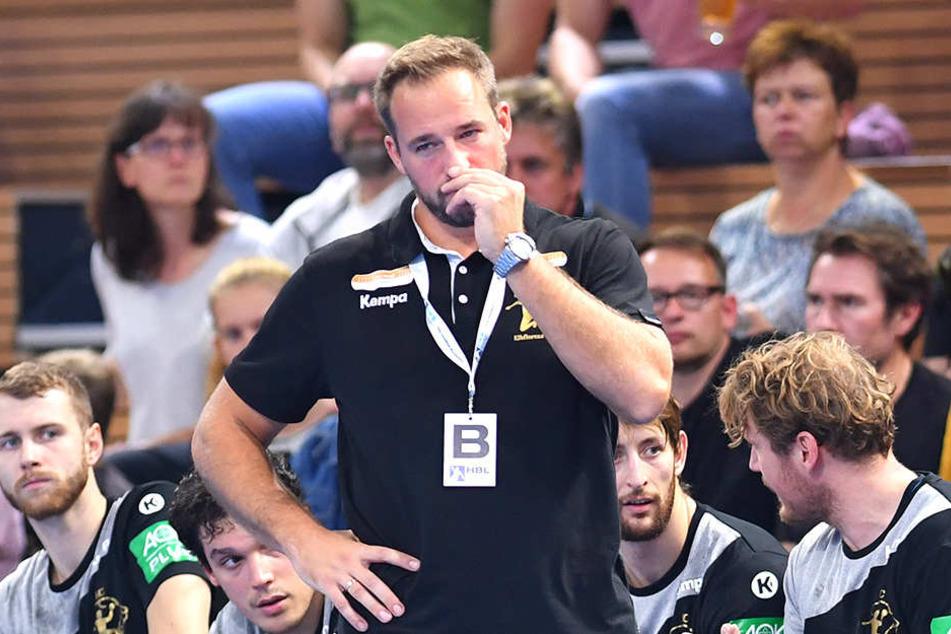 Die Miene spricht Bände. HCE-Trainer Christian Pöhler alles andere als begeistert.