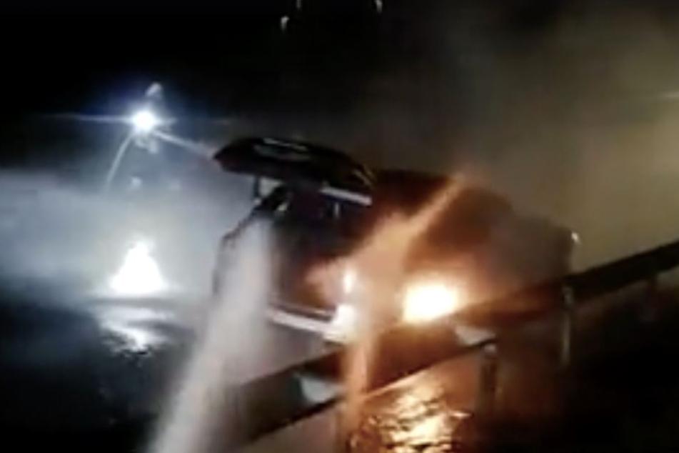 Teilweise schlugen zwei Meter lange Flammen aus dem Sportwagen.