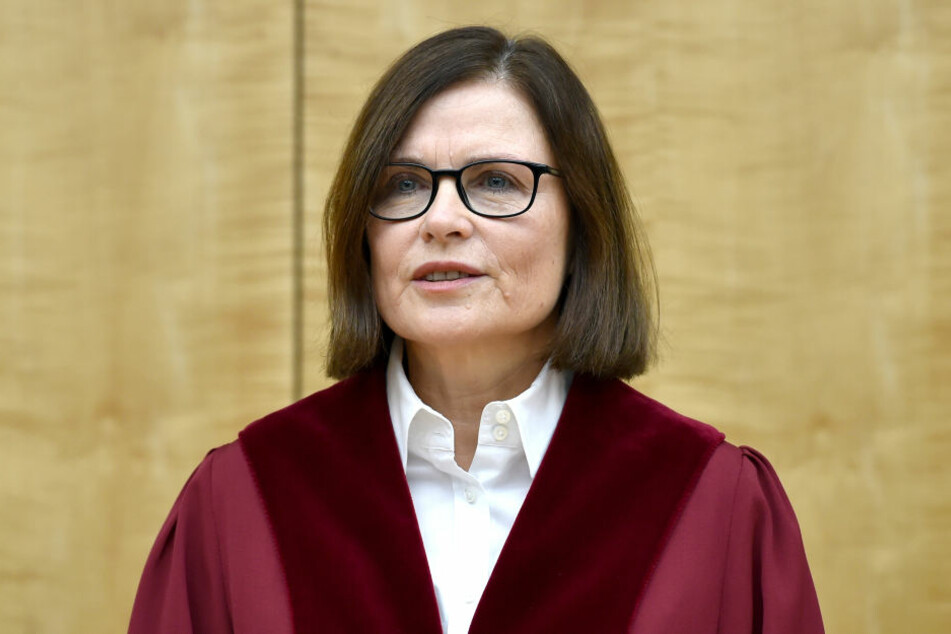 Die Präsidentin des NRW Verfassungsgerichtes Ricarda Brandtseröffnet in einem Saal die Sitzung.