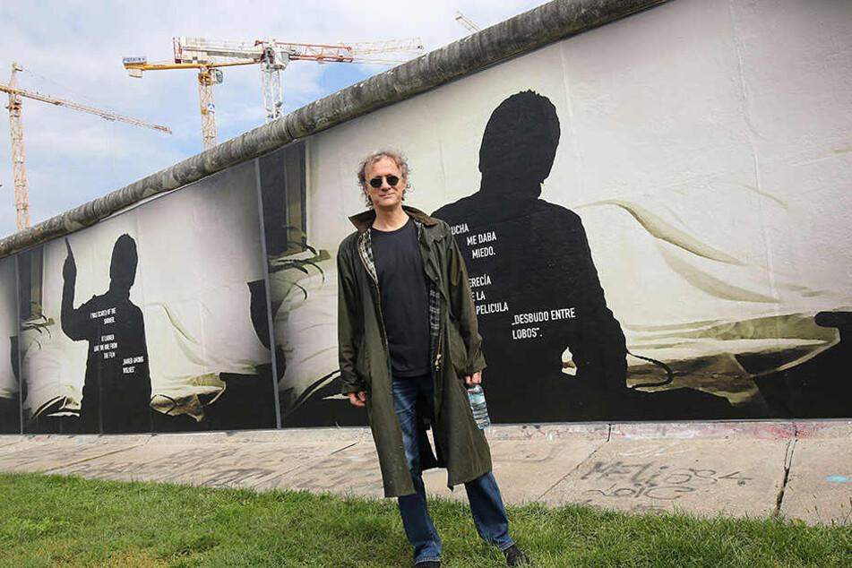 So sieht es aktuell auf der Rückseite der berühmten East-Side-Gallery aus. Stefan Roloff hat dort seine Kunstwerke zum Thema Todesstreifen ausgestellt.