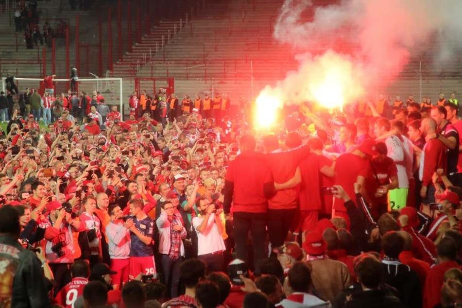 Nach Schlusspfiff stürmten die Fans den Platz, um mit der Mannschaft zu feiern.