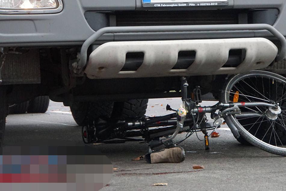 Die Frau soll mehrere Meter unter dem Lkw mitgeschleift worden sein.