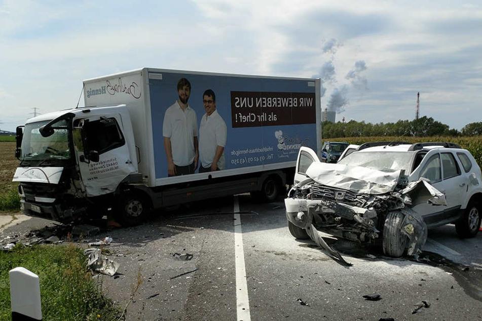 Frontalcrash mit Totalschaden: Fahrer hatten großes Glück