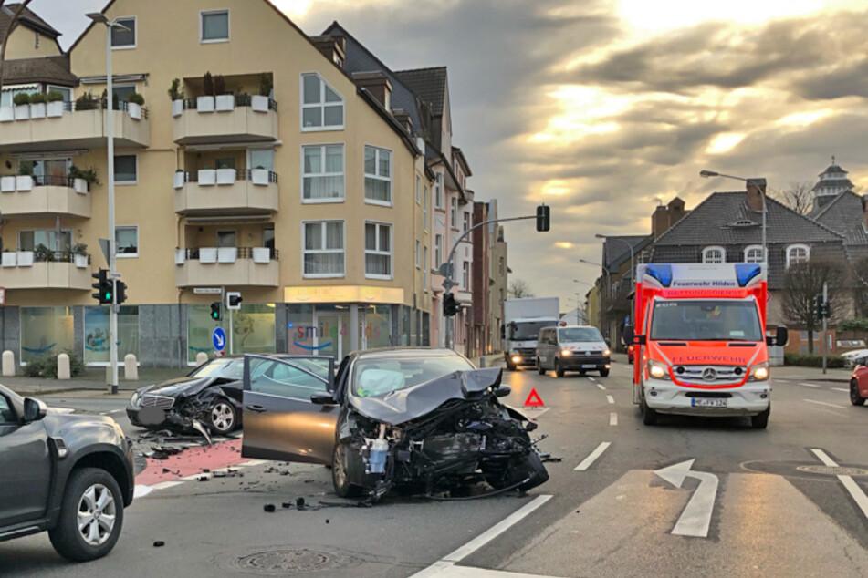Ein Kia und ein Mercedes wurden bei dem Unfall schrottreif beschädigt.