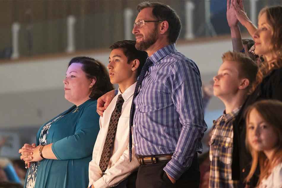Gemeinsamer Kirchenbesuch von links: Joyce (Chrissy Metz), ihr Sohn John (Marcel Ruiz) und ihr Mann Brian (Josh Lucas) als Familie vereint.