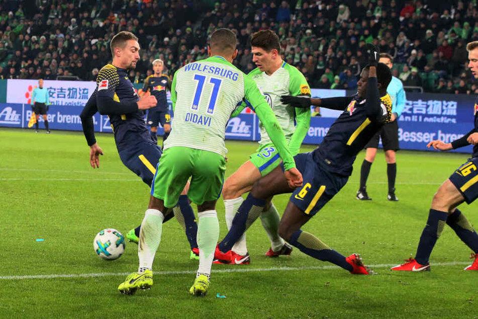 Ibrahima Konaté kommt angesprungen, versucht Mario Gomez den Ball wegzuspitzeln. Doch er tritt dem Nationalstürmer auf den Fuß, der daraufhin fällt. Den Elfmeter verwandelte Paul Verhaegh sicher.
