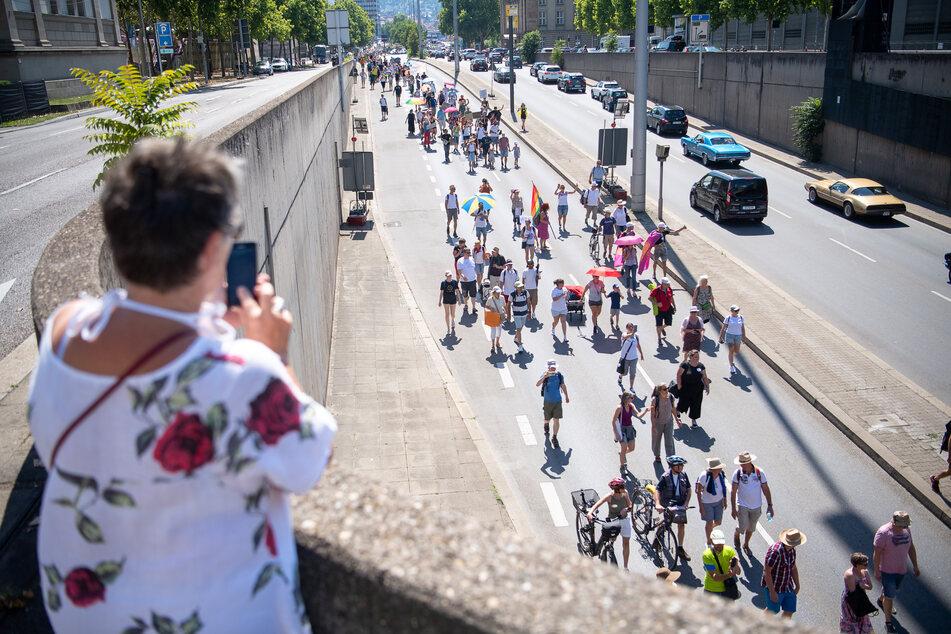 """Teilnehmer gehen während einer Demonstration gegen die Corona-Maßnahmen unter dem Motto """"Ruf der Trommeln"""" über die B14. Die Demonstration wurde von einer Privatperson angemeldet."""