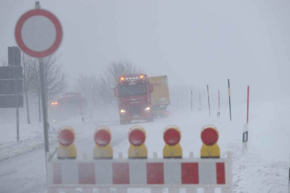 Auf der S282A zwischen Schönfels und Hirschfeld ging am Dienstag nichts mehr! Mehrere Laster blieben stecken - die Straße wurde komplett gesperrt.