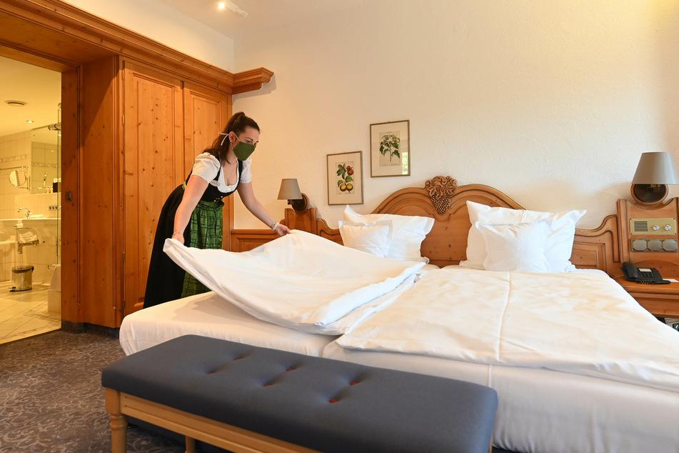 Veronika Liegl, Mitarbeiterin des Hotel Traube Tonbach, bereitet ein Hotelzimmer vor.