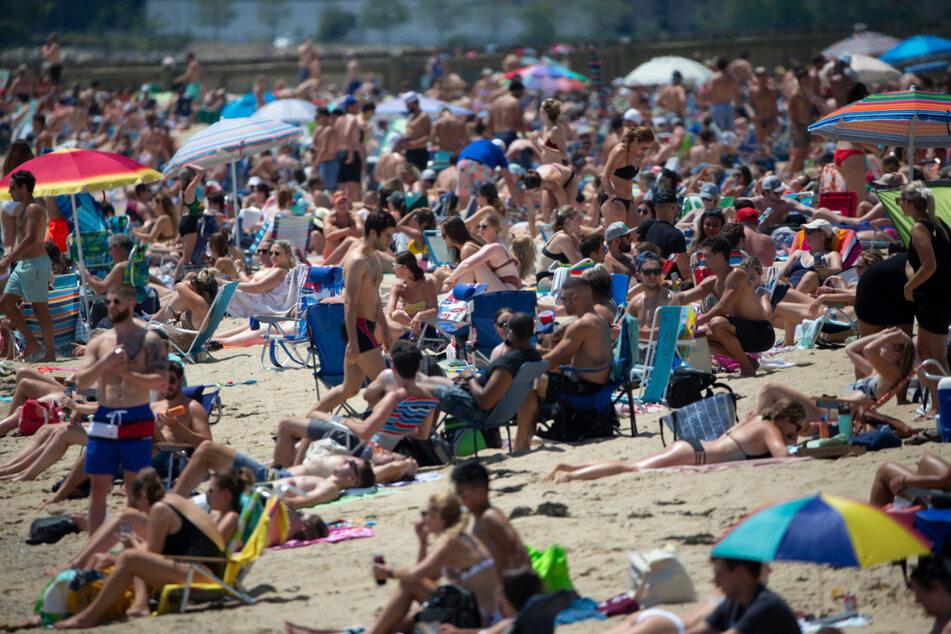 Trotz verheerender Corona-Zahlen: Unzählige Menschen entspannen sich Ende Juli bei sommerlichen Temperaturen am Strand von Boston.