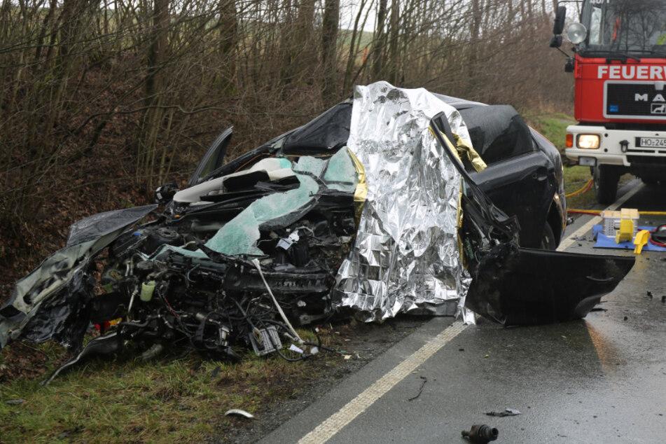 Horror-Unfall: Autofahrer kracht frontal in Lkw und stirbt