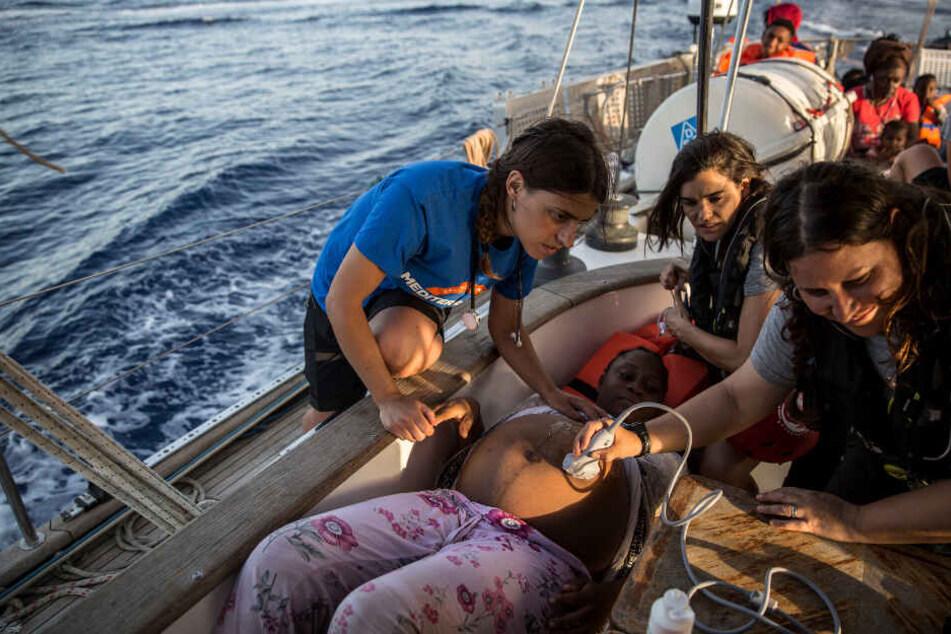 Eine schwangere Frau wird auf dem Rettungsboot untersucht.