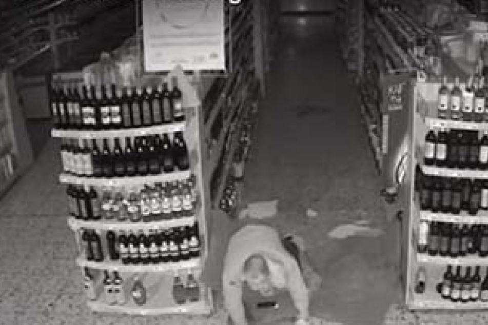 Video: Einbrecher kracht durch Dach von Getränkemarkt