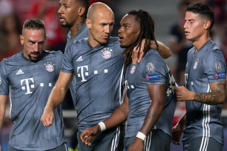 Renato Sanches (2.v.r.) steuerte zum Sieg des FC Bayern München in Lissabon einen Treffer bei.