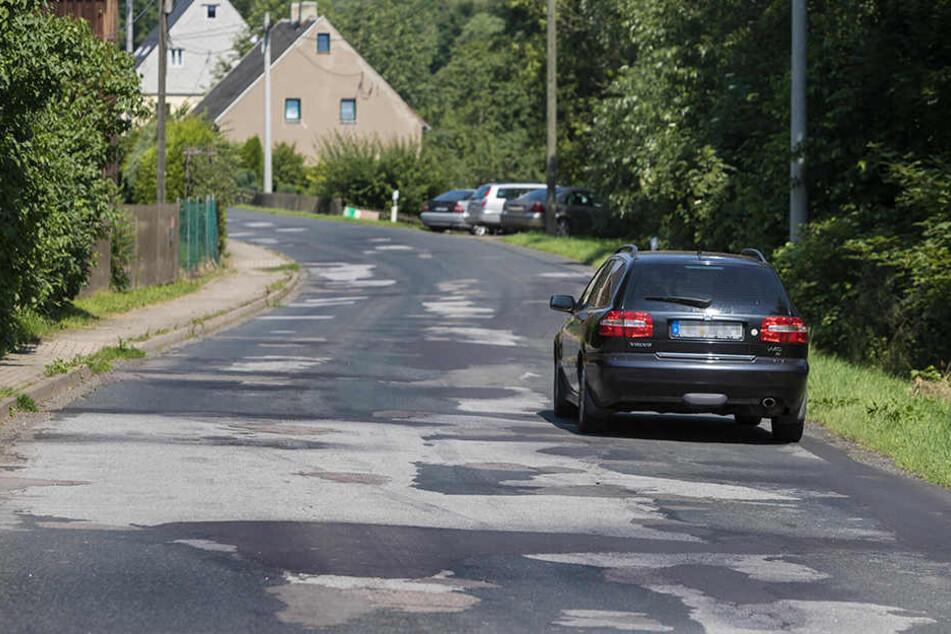 Seit Jahren verkommt die Staatsstraße S223 von Olbernhau nach Pockau-Lengefeld zum Flickenteppich. Hier in Blumenau wurde die Straße 1985 das letzte Mal grundhaft ausgebaut.