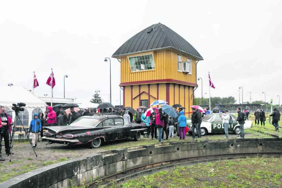 Trotz Regen großer Auflauf im süddänischen Hafenort Gedser: Hunderte Fans  kamen zur Stellwerk-Einweihung mit den alten Kinostars.