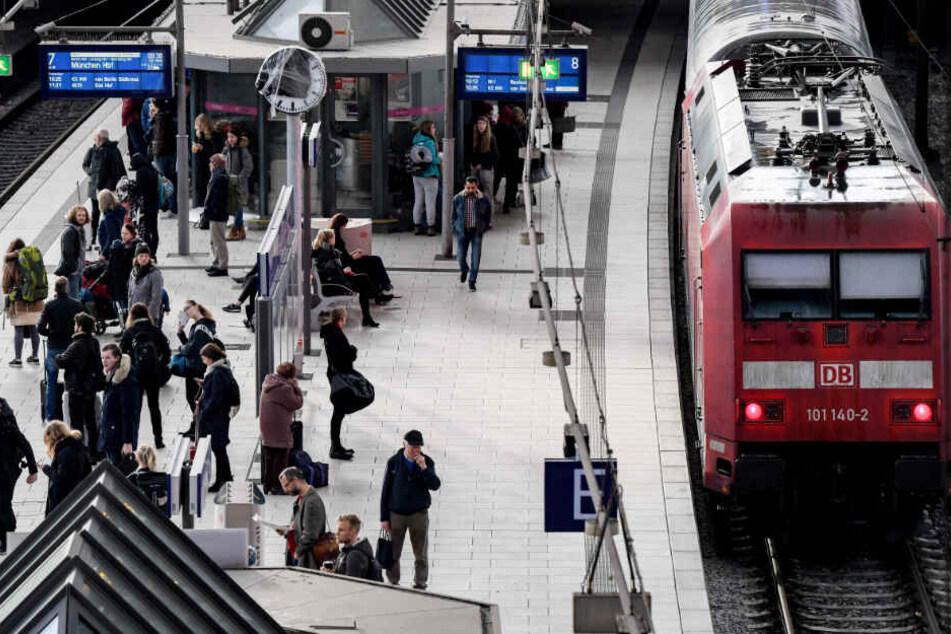 Am Hamburger Hauptbahnhof warten Fahrgäste auf ihren Zug.