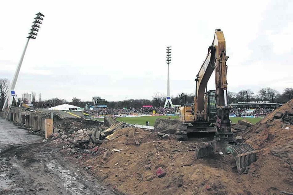 Mit Beginn der Bauarbeiten 2007 stritten sich Verwaltung und Baufirmen über mögliche Mehrkosten.