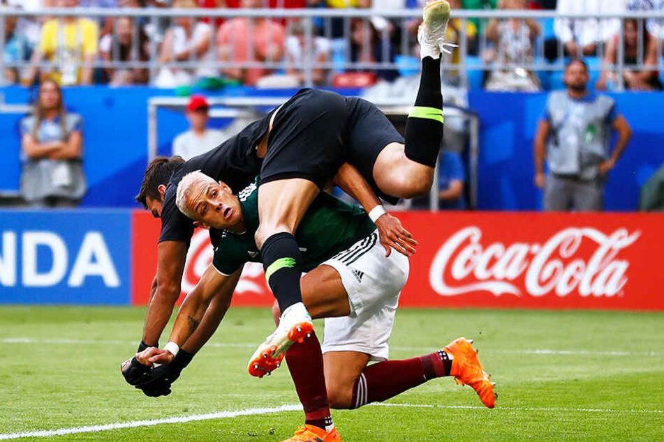 """Brasiliens Keeper Alisson (oben) und Mexikos neuerdings blondierter Stürmer Javier Hernandez """"Chicharito"""" (unten) üben scheinbar eine andere Sportart aus."""