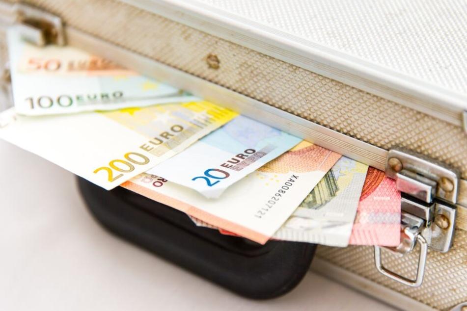 Von 2011 bis 2019 überwies der Mann drei- bis vierstellige Geldbeträge auf sein Konto. (Symbolbild)