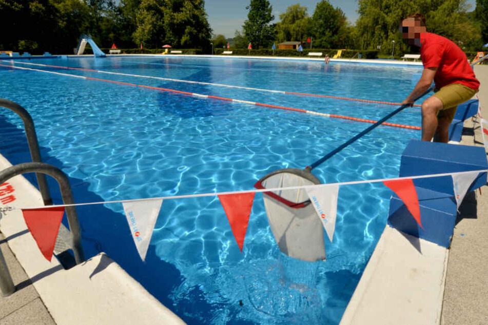 Das Schwimmerbecken des Nordbades in Halle (Saale) musste nach dem Ekel-Vorfall gesperrt und gereinigt werden. (Symbolbild)