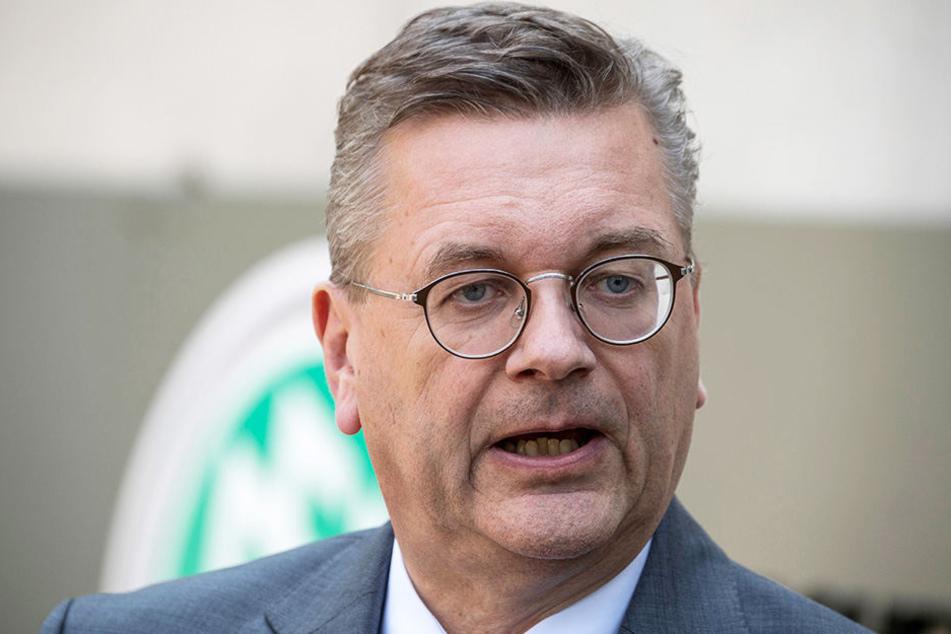 DFB-Präsident Reinhard Grindel stärkt Bundestrainer Jogi Löw.