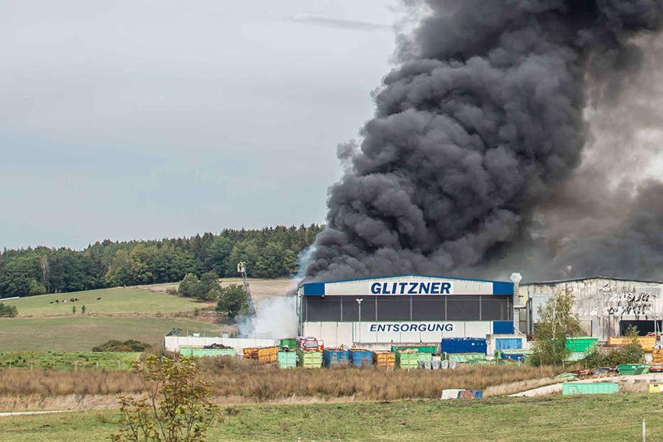 Großbrand in Recycling-Firma hält Feuerwehr in Atem