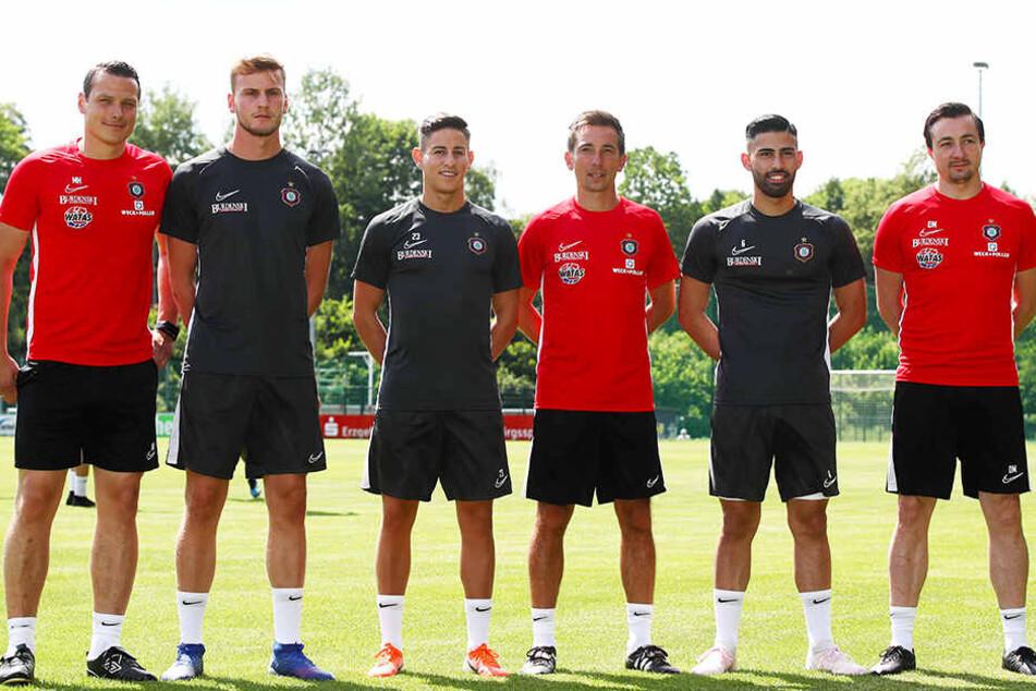 Von links: Co-Trainer Marc Hensel, die Neuzugänge Christoph Daferner, Nicolas Sessa, Co-Trainer Andre Meyer, Neuzugang Hikmet Ciftci und Trainer Daniel Meyer.
