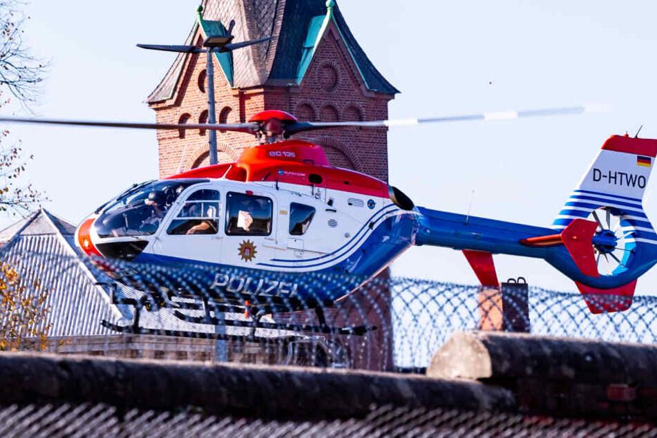 """Ein Polizeihubschrauber mit dem Terror-Helfer Mounir El Motassadeq an Bord verlässt die Haftanstalt """"Santa Fu"""" Fuhlsbüttel."""