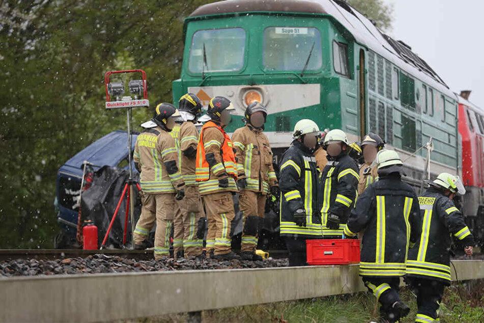 Der Zug hatte den Transporter etwa 200 Meter mitgezogen.