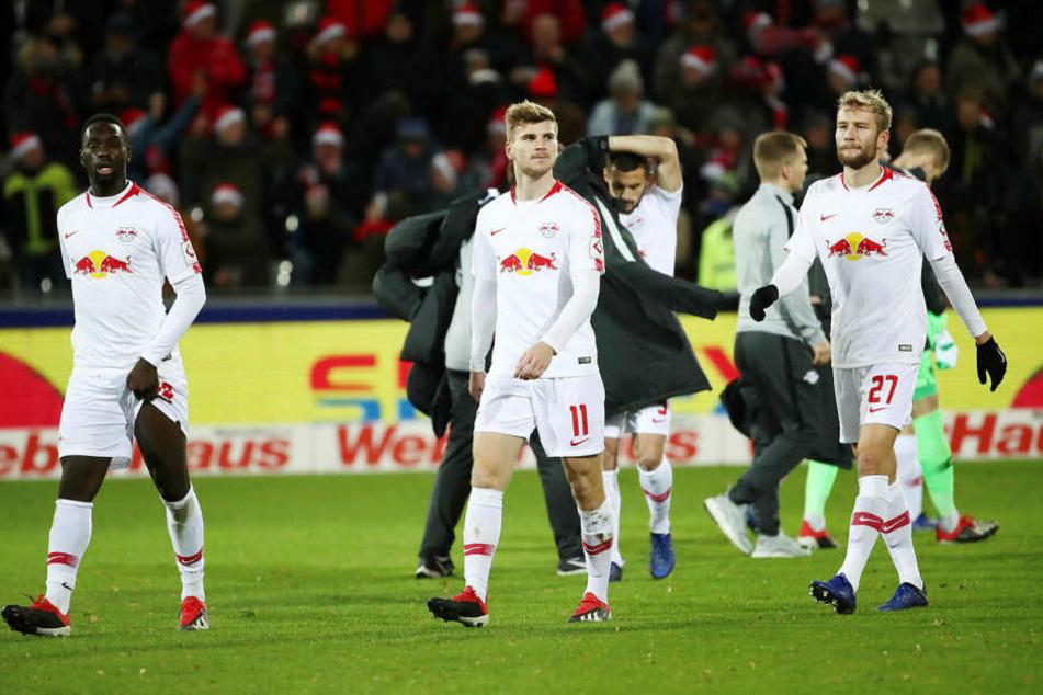 Jean-Kévin Augustin, Timo Werner und Konrad Laimer (v.l.n.r.) traben bedient vom Feld. Gerade hatte RB Leipzig in der Hinrunde 0:3 in Freiburg verloren.