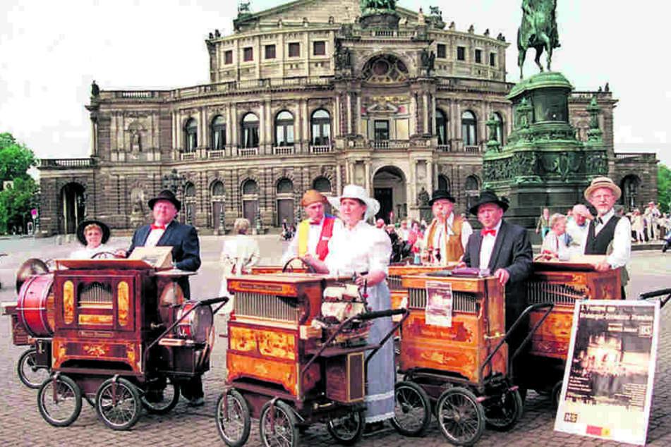 Die Göttinger Drehorgelspieler Elisabeth und Karl-Heinz Kopp kamen gern zum  Drehorgelfestival nach Dresden. Sie spielen zur Beerdigung ein letztes Lied für  Schalk.