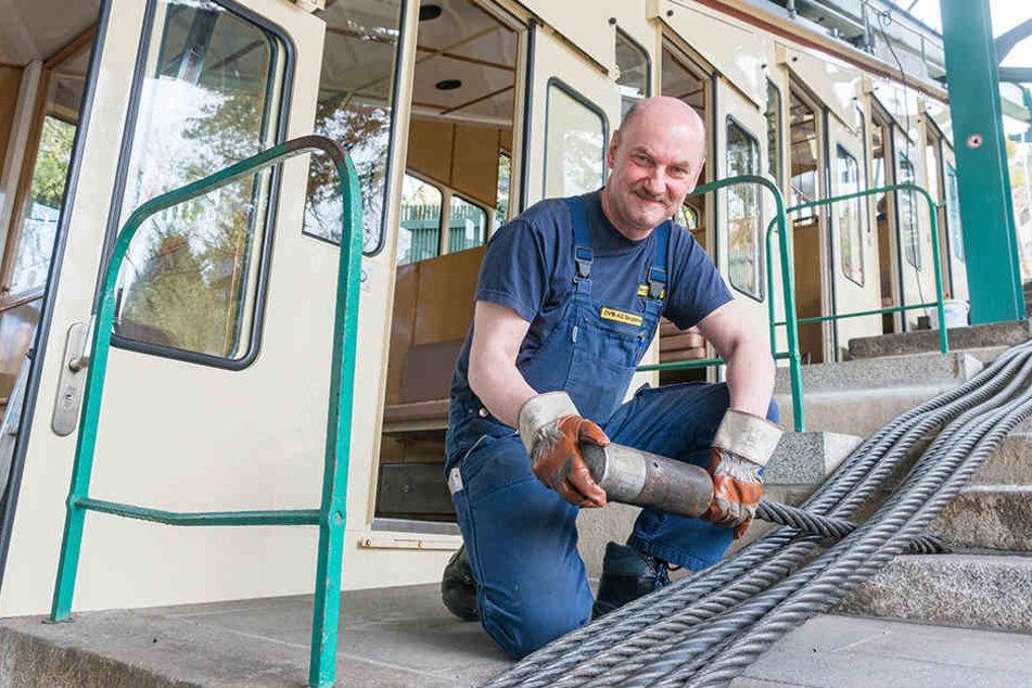 Carsten Lauterbach (53), Leiter der Dresdner Bergbahnen, hofft auch in dieser Saison auf zahlreiche Fahrgäste. Los geht's am 28. April. Doch vorher muss das Zugseil gewechselt werden.