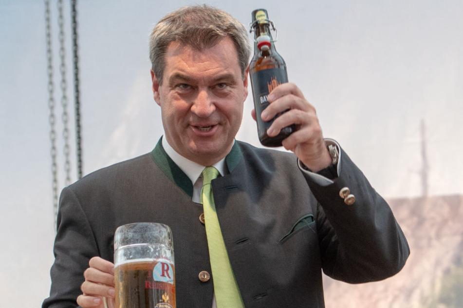 Nach seiner Eröffnungsrede des Gäubodenfestes prostete Markus Söder (CSU) dem feierwütigen Volk zu.