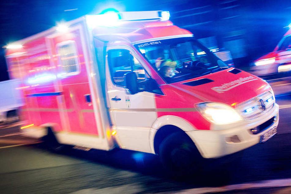 Rettungskräfte kommen um Leben zu retten und werden selbst zur Zielscheibe. (Symbolbild)