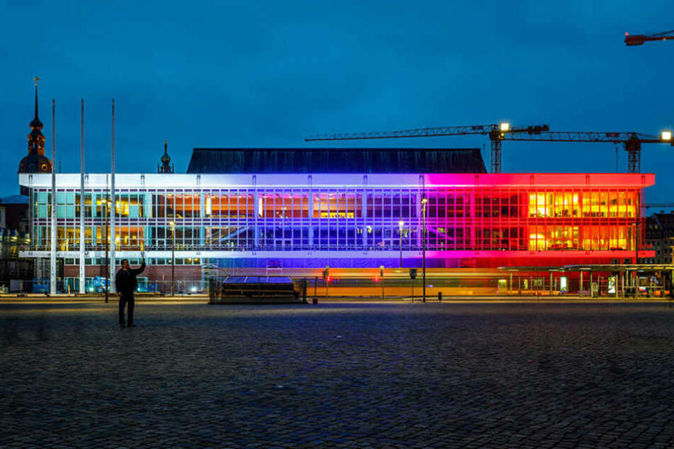 Als Zeichen des Gedenkens wird der Kulturpalast am Abend speziell beleuchtet.