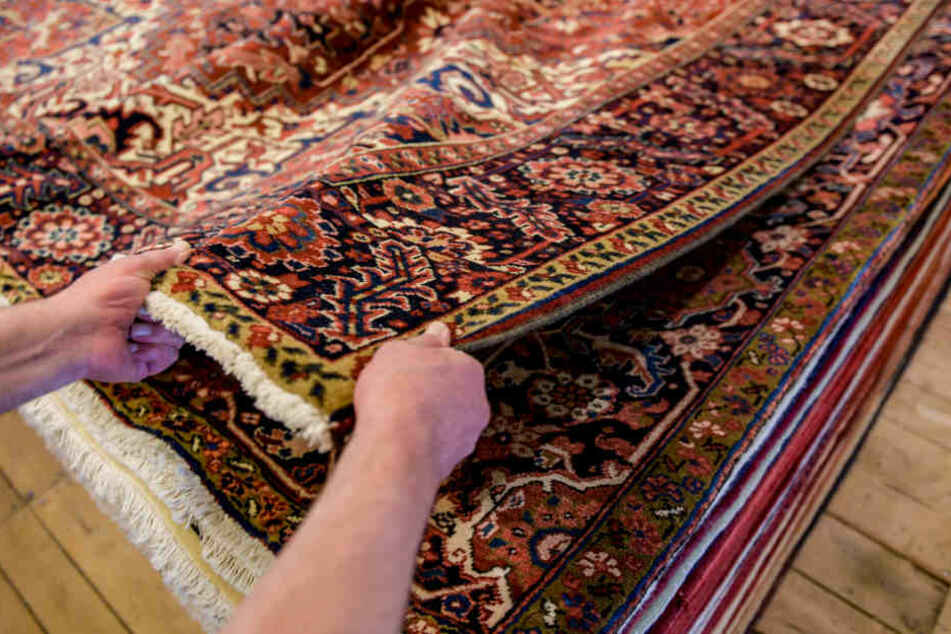 Die Käufer gaben Geld für vermeintlich wertvolle Teppiche.