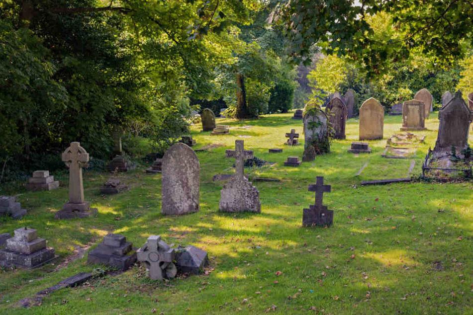 Auf dem Friedhof der St. Andrew's Church in Hove wurde eine Frau vergewaltigt. (Symbolbild)